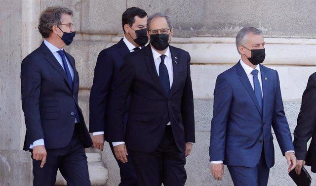 el presidente de la Junta de Andalucía, Juan Manuel Moreno y el presidente de la Junta de Galicia, Alberto Núñez Feijóo(de dcha a izda) a su llegada al Patio de la Armería del Palacio Real.