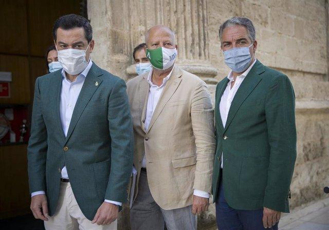 El preisdente de la Junta de Andalucía, Juanma Moreno (i), acompañado por consejero de Educación y Deporte, Javier Imbroda (c); y el consejero de Presidencia, Elías Bendodo (d) antes de la sesión de control al gobierno En Sevilla, a 23 de julio de 2020.