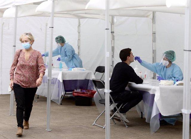 Una sanitaria le realiza un frotis nasal para hacer un test de coronavirus (Archivo)