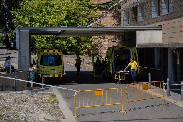 Dues ambulàncies a l'Hospital Universitari Arnau de Vilanova. Lleida, Catalunya (Espanya), 6 de juliol del 2020.