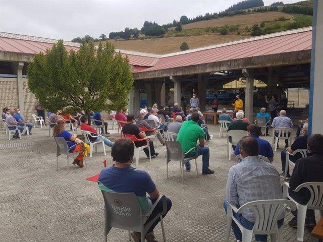 El alcalde de Cangas del Narcea, Víctor Rodríguez, explica a los vecinos la concentración parcelaria.