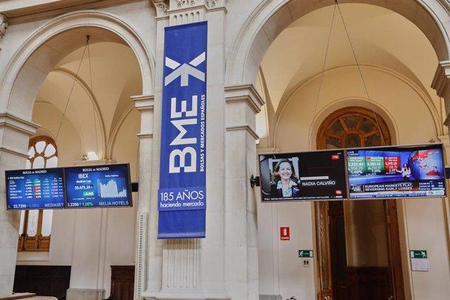 Paneles informativos con los gráficos colocados en el interior del Palacio de la Bolsa. En Madrid, (España), a 10 de julio de 2020.
