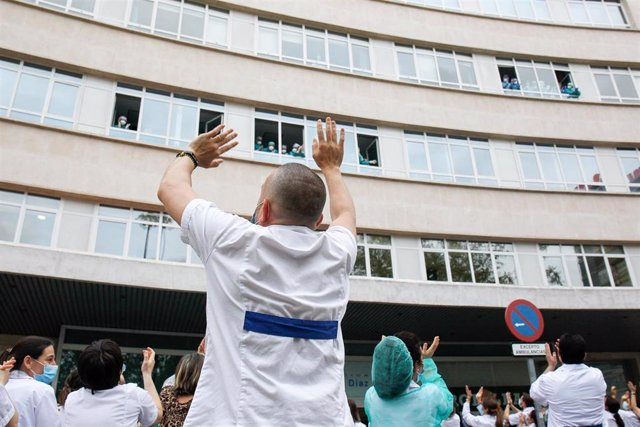 Un sanitario aplaude a sus compañeros durante el homenaje a los Sanitarios del Hospital Fundación Jiménez Díaz celebrado durante la pandemia de Covid-19 en Abril 21, 2020 in Madrid, España
