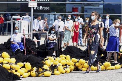 Calurosa visita de los Reyes al puerto de Santoña entre pescadores, rederas y ciudadanos