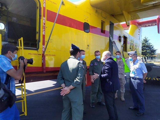 El delegado del Gobierno, Javier Losada, visita un avión anfibio contra incendios en el aeródromo militar de Santiago