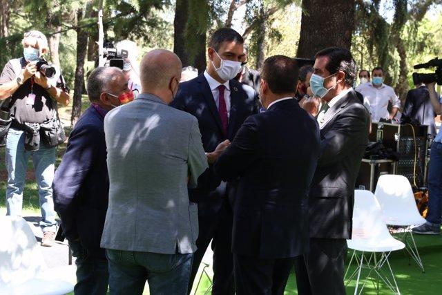 El presidente del Gobierno, Pedro Sánchez, con los agentes sociales tras la firma del pacto por la reactivación de la economía, en Moncloa.