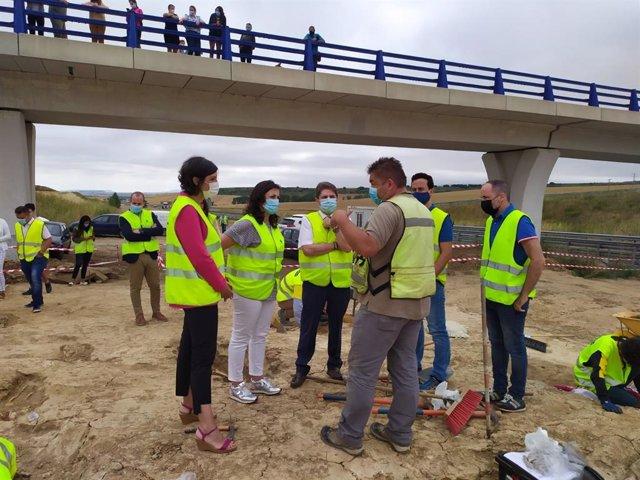 La delegada del Gobierno visita los trabajos arqueológicos previos a la construcción de la Autovía A-12