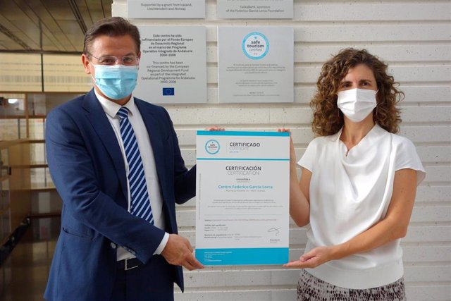El alcalde de Granada, Luis Salvador, acude al Centro Lorca con motivo de la entrega del sello de Turismo Seguro Certificado