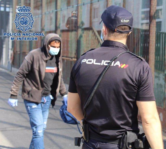 Un agente en el CATE de Almería donde se reciben a los ocupantes de pateras