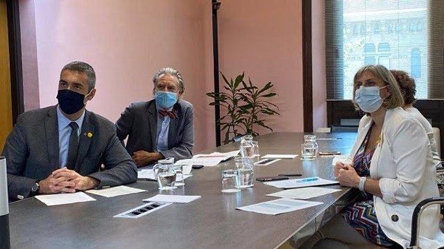 El conseller d'Acció Exterior, Bernat Solé, i la consellera de Salut, Alba Vergés, en una reunió telemàtica amb els cònsols acreditats a Barcelona.