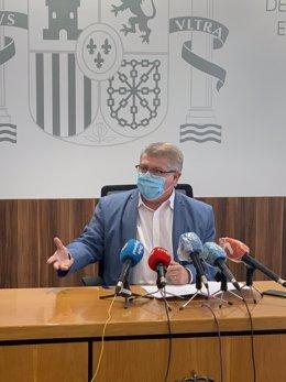 El delegado del Gobierno, José Vélez, en rueda de prensa para hablar de inmigrantes fugados