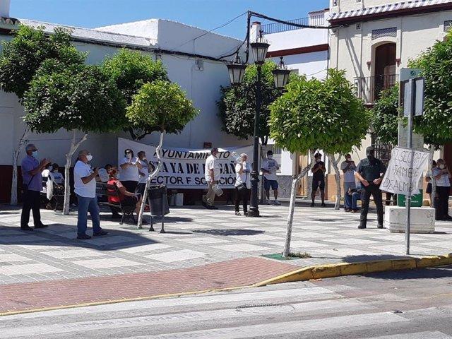 Protesta de los parcelistas del Sector F de Almensilla en el Ayuntamiento