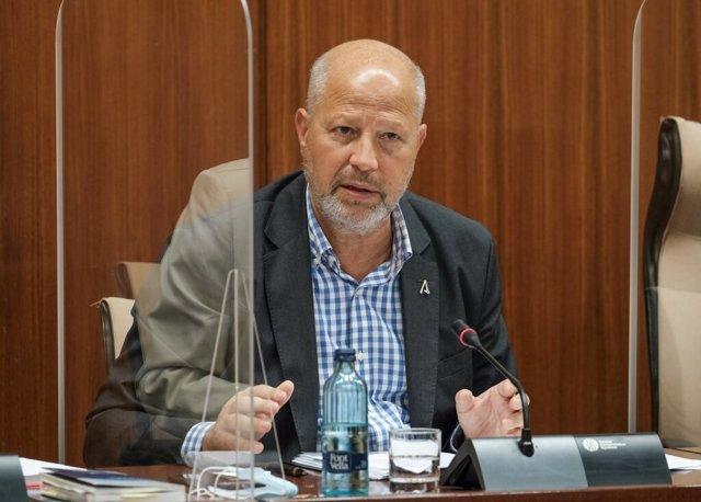 El consejero de Educación, Javier Imbroda, este miércoles durante su comparencia parlamentaria en comisión.
