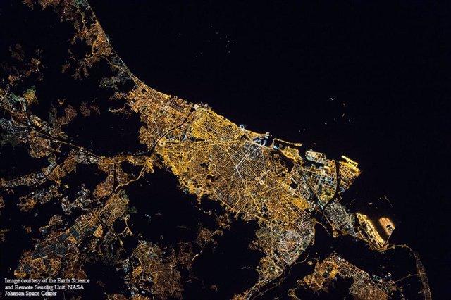 Imagen nocturna de Barcelona desde la Estación Espacial Internacional, cortesía de la NASA. 18 de abril de 2013. Hora: 22:10:46 GMT (hora local 00:10:46) (ISS035-E-23385)