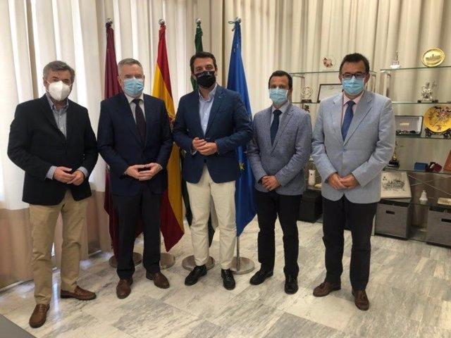 El alcalde de Córdoba, José María Bellido (centro), durante su encuentro con el Colegio de Farmacéuticos