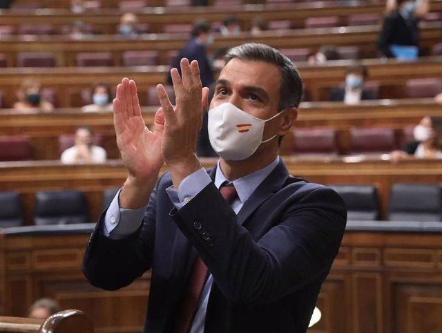 El presidente del Gobierno, Pedro Sánchez, aplaude tras su intervención en una sesión plenaria en el Congreso,
