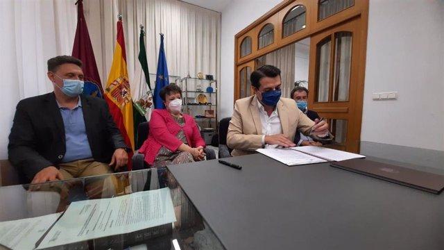 El alcalde de Córdoba, José María Bellido (dcha.), durante la firma del convenio con Renfe