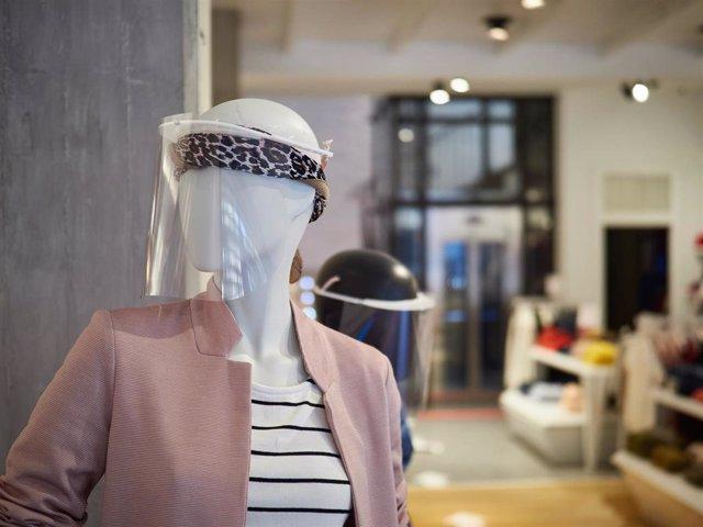 """Detalle de unos maniquíes con máscaras de protección en las tiendas de moda """"Urban"""" de Pamplona, preparada para su reapeetura el próximo lunes con la llegada de la fase 1 de la desescalada por el covid 19. En Pamplona, Navarra, España, a 9 de mayo de 2020"""