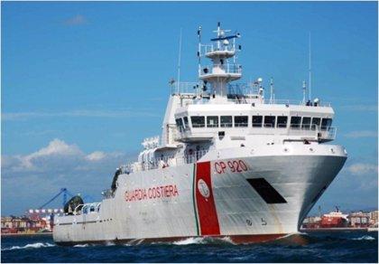 Italia rescata a 84 migrantes, entre ellos dos niños, en una embarcación casi hundida en el Mediterráneo
