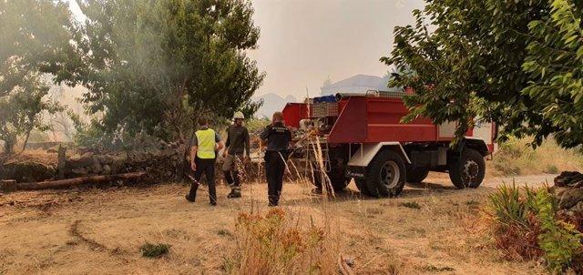 Incendio que obliga a desalojar casas en Monterrei