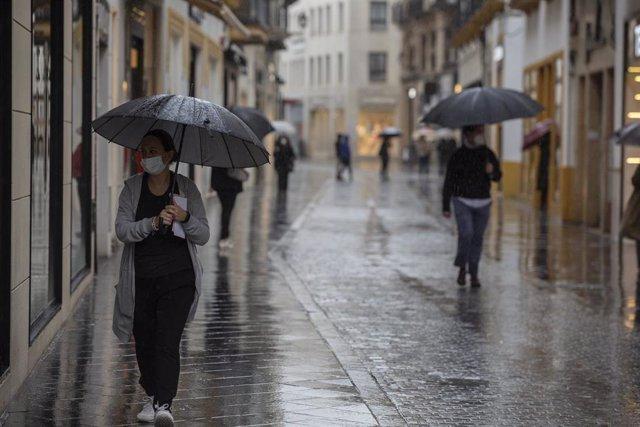La calle Velázquez durante la alerta amarilla por tormentas en Sevilla, (Andalucía, España), a 14 de mayo de 2020.