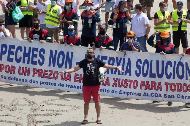 Los trabajadores de Alcoa toman, junto a sus familias, la emblemática playa de As Catedrais, en Ribadeo, Lugo (Galicia), a 26 de julio de 2020. La concentración tiene lugar para pedir a la multinacional norteamericana Alcoa buscar una solución para evitar