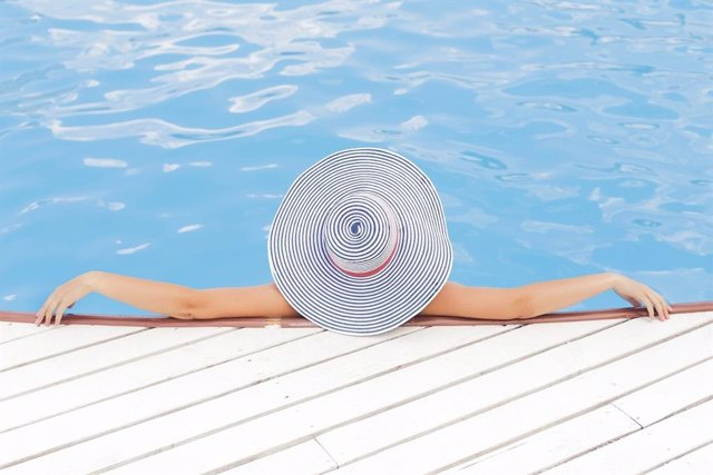 Mujer en una piscina.