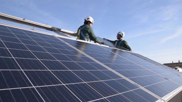 Imagen de archivo de una instalación de placas solares para el fomento del autoconsumo energético.