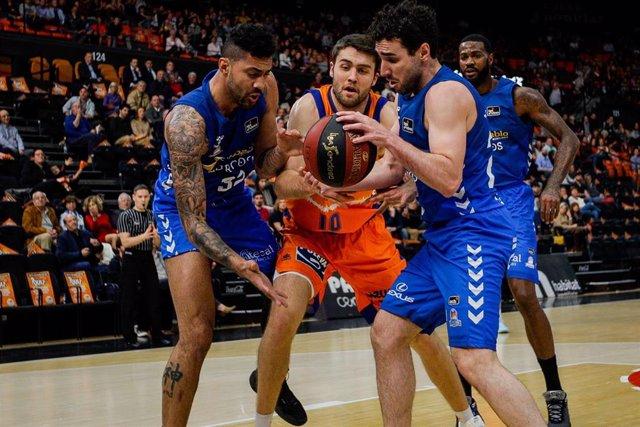 Mike Tobey pelea un balón durante el Valencia Basket-San Pablo Burgos de la Liga Endesa 2019-2020