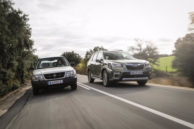 Imagen de dos vehículos de Subaru.