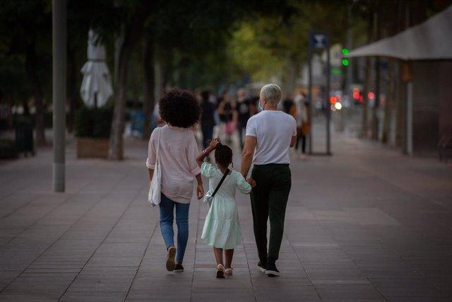 Dos pares amb la seva filla a Barcelona.