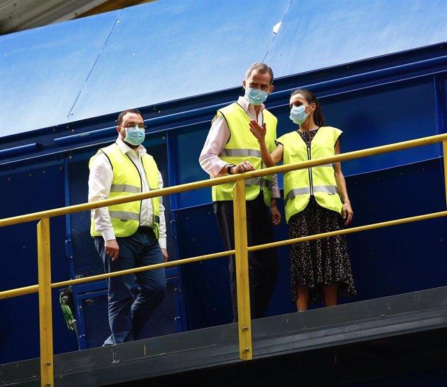 Los Reyes de España, Don Felipe (c) y Doña Letizia, acompañados por el presidente de Asturias, Adrián Barbón (1d), durante su visita al Centro de Tratamiento de Residuos de Cogersa, en Gijón, Asturias (España), a 30 de julio de 2020.