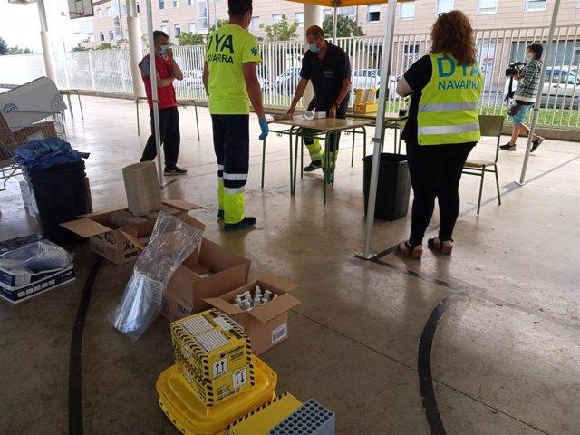 Miembros de DYA y Cruz Roja se preparan para la realización de pruebas PCR en el barrio pamplonés de Mendillorri, donde se ha registrado una brote de Covid-19.
