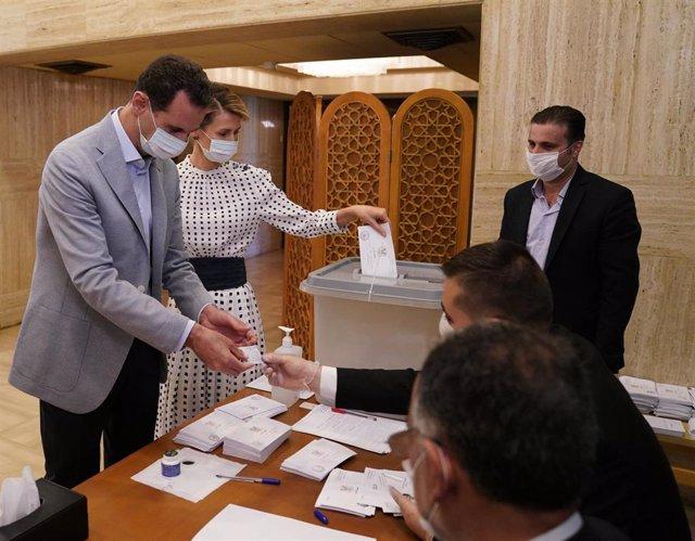 El presidente de Siria, Bashar al Assad, y su esposa, Asma al Assad, votan en las parlamentarias del 19 de julio de 2020