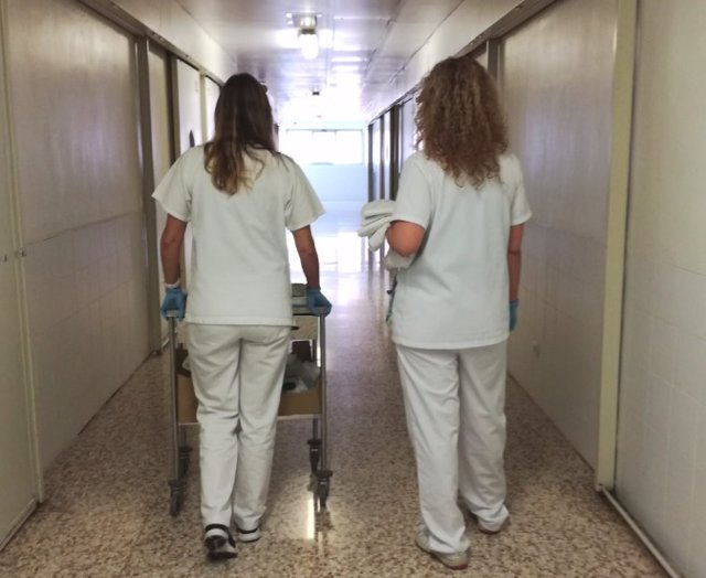 Dos sanitarias en la unidad Covid-19 de la cárcel de Brians 2, en Sant Esteve Sesrovires (Barcelona).