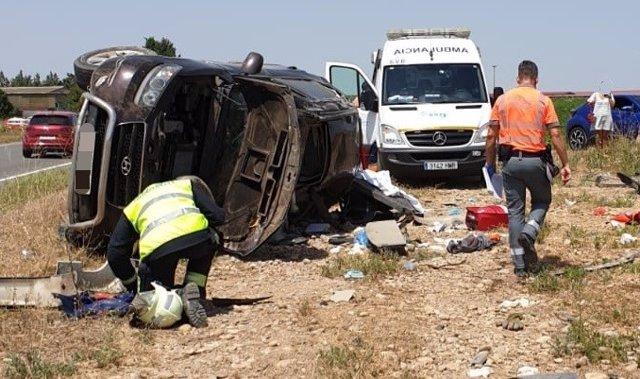 Accidente entre un vehículo y un camión en la carretera NA-660