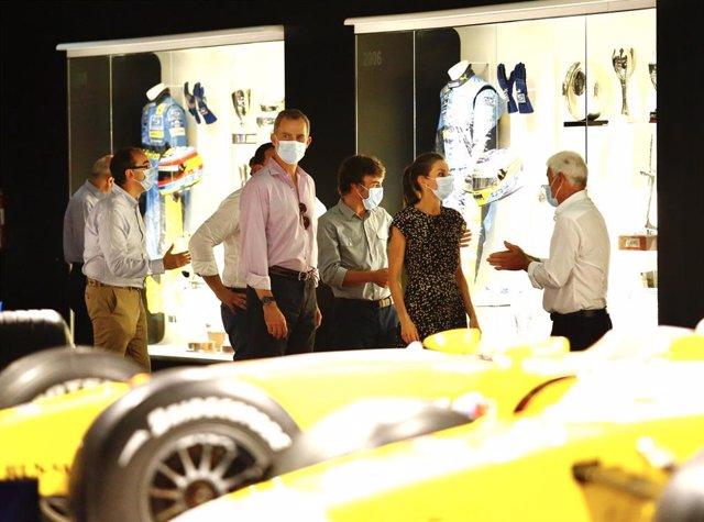 Los Reyes de España visitan el Museo y Circuito Fernando Alonso, guiados por el piloto asturiano y bicampeón mundial de Fórmula 1 y su padre