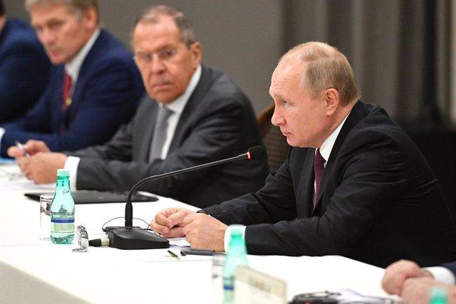 Vladimir Putin con Sergei Lavrov a su derecha y con el portavoz presidencial, Dimitri Peskov
