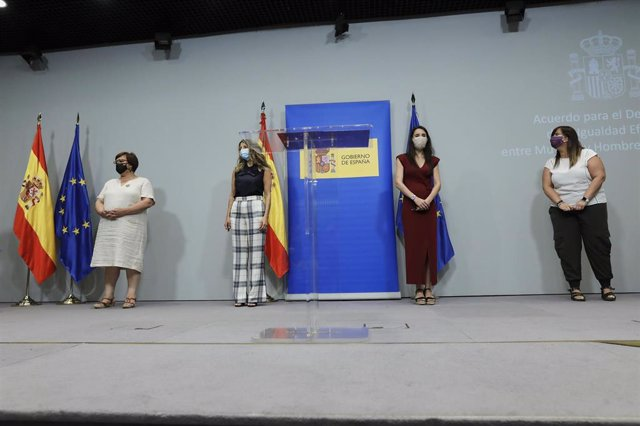 (I-D) La secretaria de Acción Sindical de CCOO, Maricruz Vicente Peralta; la ministra de Trabajo y Economía Social, Yolanda Díaz; la ministra de Igualdad, Irene Montero; y la vicesecretaria general de UGT, Cristina Antoñanzas, durante la presentación del