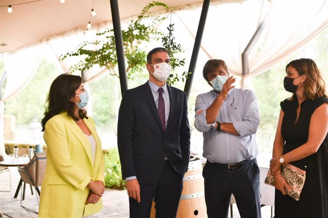 El presidente del Gobierno, Pedro Sánchez, a su llegada este jueves a La Rioja junto a su presidenta, Concha Andreu