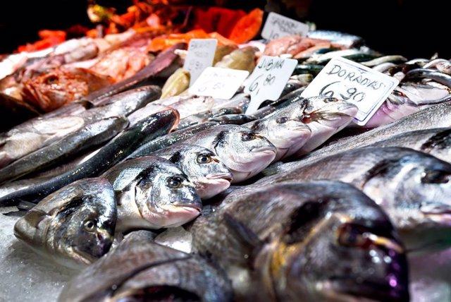 Pescado fresco y colorido en una pescadería de  Barcelona.