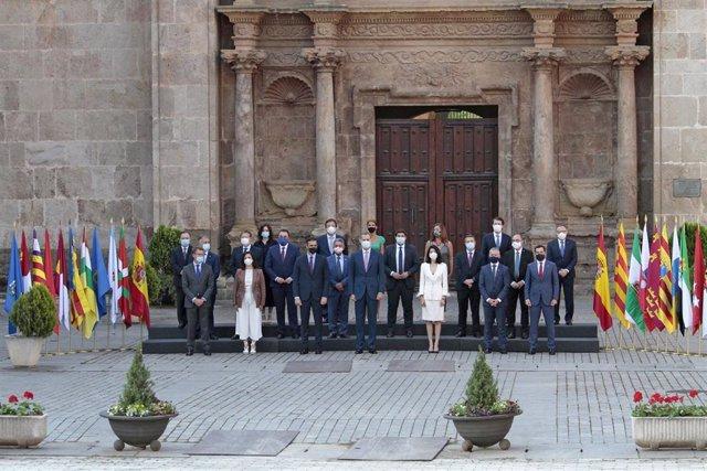 El presidente del Gobierno, Pedro Sánchez (3i); el Rey Felipe VI (4i) y la presidenta del Senado, Pilar Llop (5i) en el centro de la foto de familia de los asistentes a la XXI Conferencia de Presidentes realizada frente a la puerta barroca de acceso al Mo