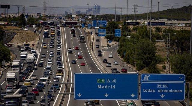 Atascos en el Km 17 de la A4 en el día en el que arranca, con una previsión incierta por la pandemia del coronavirus, la 'Operación Salida' del verano, en Madrid (España), a 3 de julio de 2020.