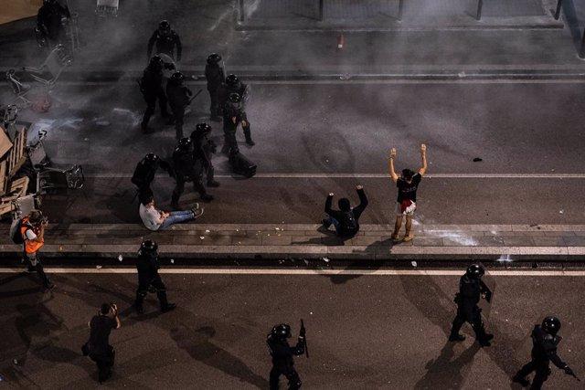 Agents dels Mossos d'Esquadra i la Policia Nacional carreguen a l'Aeroport de Barcelona-el Prat, durant les protestes per la sentncia del Suprem sobre el judici de l'1-O a Barcelona (Espanya), 14 d'octubre del 2019.