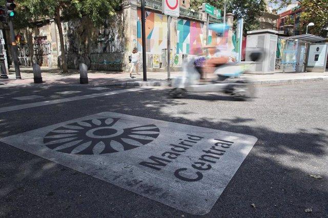 Imagen de recurso del distintivo de Madrid Central en Madrid (España).