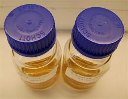La mezcla de colirio para calvo en el laboratorio.