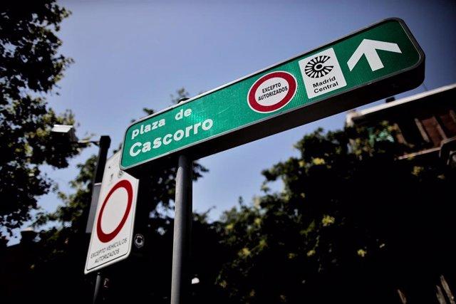Distintivo de Madrid Central para el tráfico restringido en la Plaza de Cascorro, en Madrid (España), a 27 de julio de 2020.
