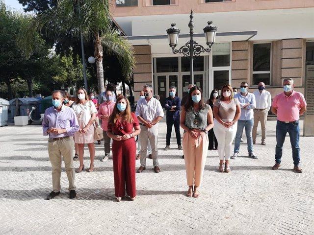 Alcaldes del PSOE protestando ante la Junta en Cádiz