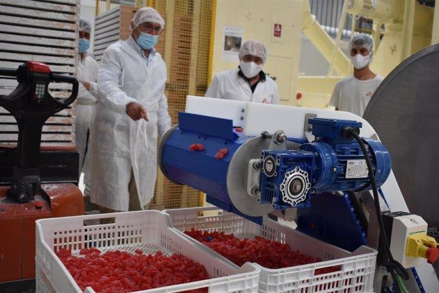 Carnero, durante su visita a la fábrica de caramelos Golydul SL.