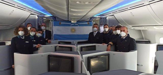La bandera argentina llega a España en un avión de Air Europa.